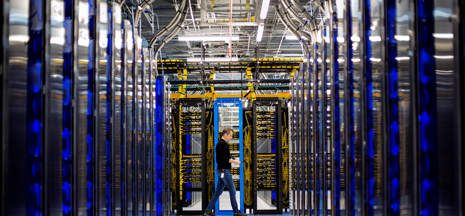 Un homme qui marche dans un data center