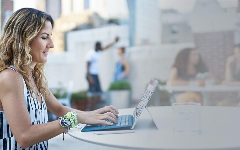 Muž používající Surface Book