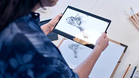 Žena používající počítač s Windows 10