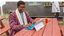 Muž používající počítač s Windows 10