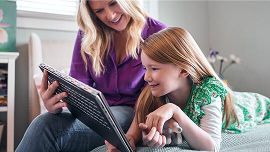 Žena dívající se na počítač sWindows10 se svou dcerou