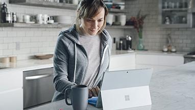 Muž používající počítač s Windows 10 v režimu stanu