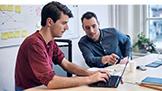 Dva muži dívající se na počítač s Windows10