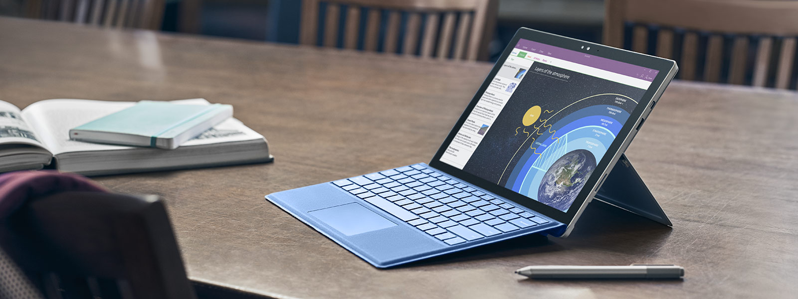 Surface Studio i Studio-tilstand med Surface Pen og mus.