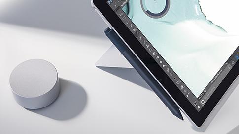 Nærbillede af Surface Pen og Surface Dial med Surface Pro