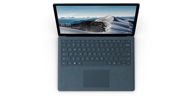 Surface Laptop i koboltblå set oppefra