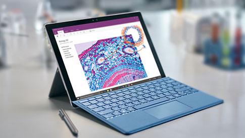SurfacePro4 mit auf dem Bildschirm geöffneter bunter OneNote-Seite, auf einem Schreibtisch mit Surface-Stift