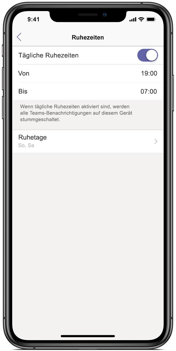 Abbildung eines Smartphone-Displays, auf dem Microsoft Teams mit Ruhezeiten von 17:00 Uhr bis 7:00 Uhr angezeigt wird
