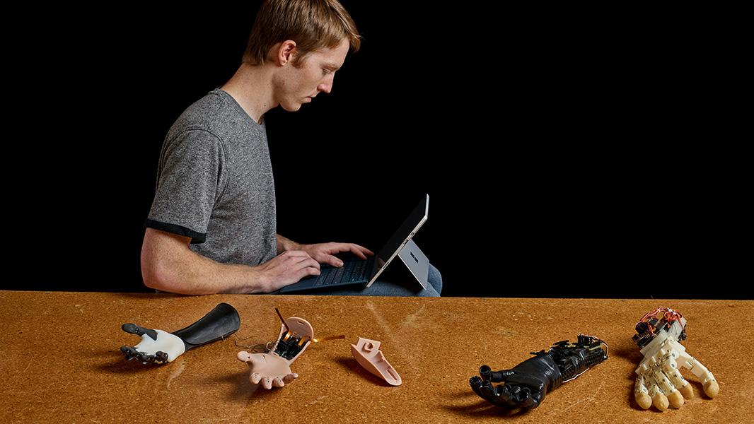 Easton arbeitet mit Surface Pro