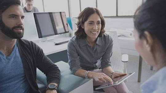 Drei Geschäftsleute in einer informellen Besprechung