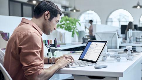 Mann arbeitet auf Surface Book.