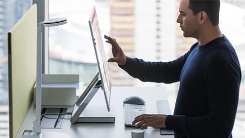 Mann arbeitet auf Touchscreen des Surface Studio.