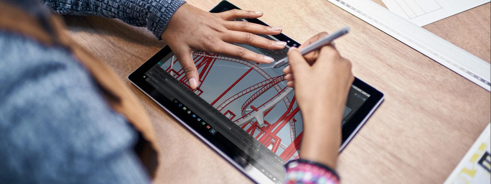 Frau zeichnet mit Surface Pen auf Surface-Bildschirm.