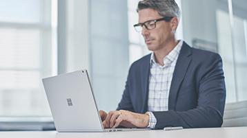 Ein Mann, der auf seinem Surface Studio arbeitet