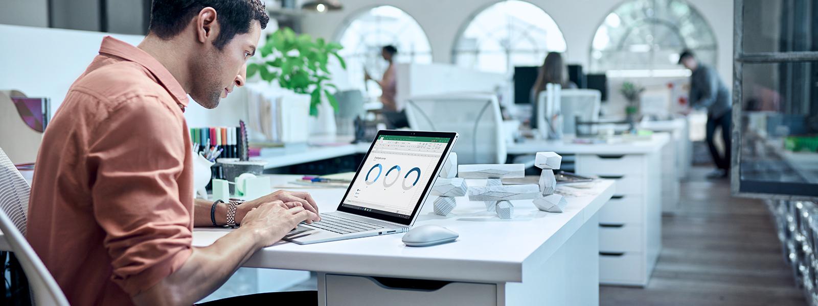 Mann überprüft Tabellen auf Laptop