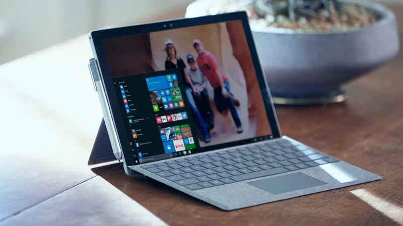 Surface Pro 4 auf einem Tisch.