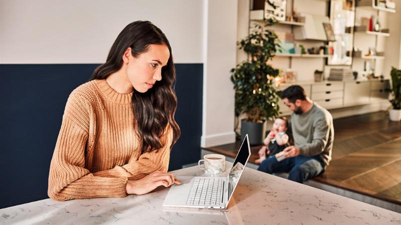 Γυναίκες εργάζονται από το σπίτι σε έναν φορητό υπολογιστή