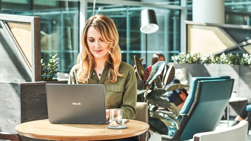 Μια γυναίκα εργάζεται έξω σε μια καφετέρια