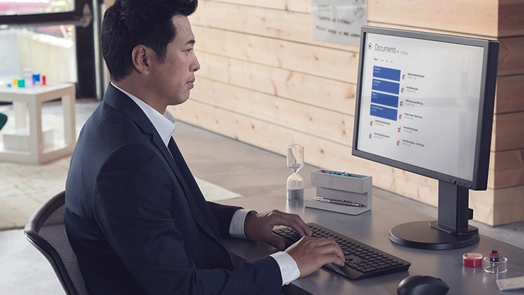 Windows Analytics and AutoPilot displayed on 2 monitors