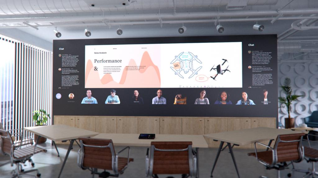 Изображение офиса, в котором проходит совместная работа по сети в Microsoft Teams с использованием Surface Hub и цифровой доски
