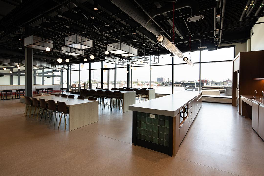 Microsoft Reseach Montreal's expansive cafeteria and kitchen. Microsoft Reseach La grande cafétéria et la cuisine de Montréal.