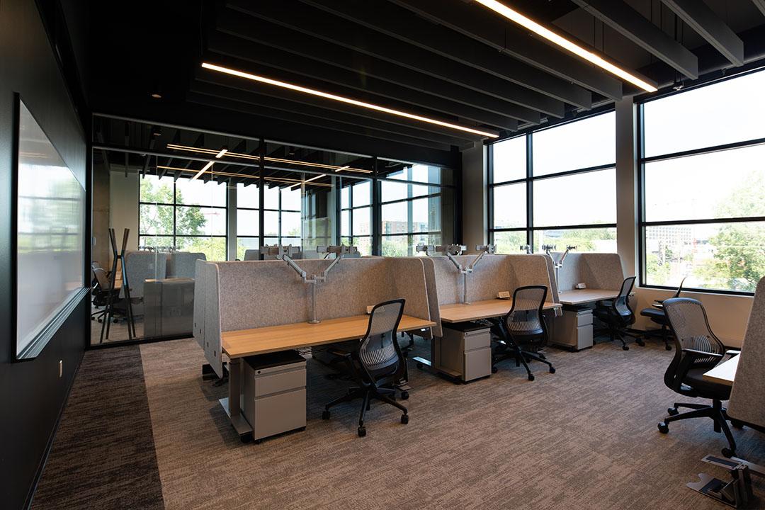 Open cubicle office spaces at Microsoft Research Montreal. Ouvrir des bureaux cubiques chez Microsoft Research Montréal.