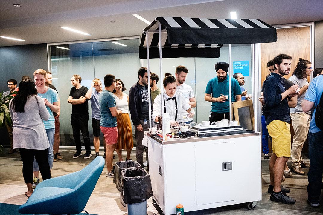 Microsoft Research Montreal interns being treated to ice cream cart. Les stagiaires de Microsoft Research Montréal traités à un chariot à crème glacée.