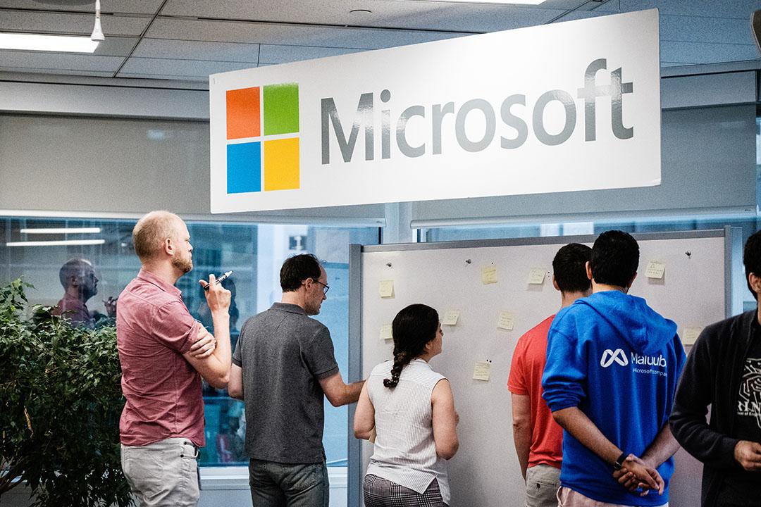 Microsoft Research Montreal researchers and interns participating in a fun activity. Des chercheurs et des stagiaires de Microsoft Research Montréal participent à une activité amusante.