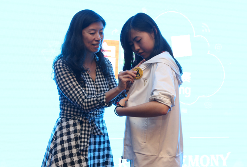 Jingmei Li, principal program manager, Microsoft Cloud and Enterprise, China, awarding the new Ada Prize to Kun Yin, a student at Shandong University.
