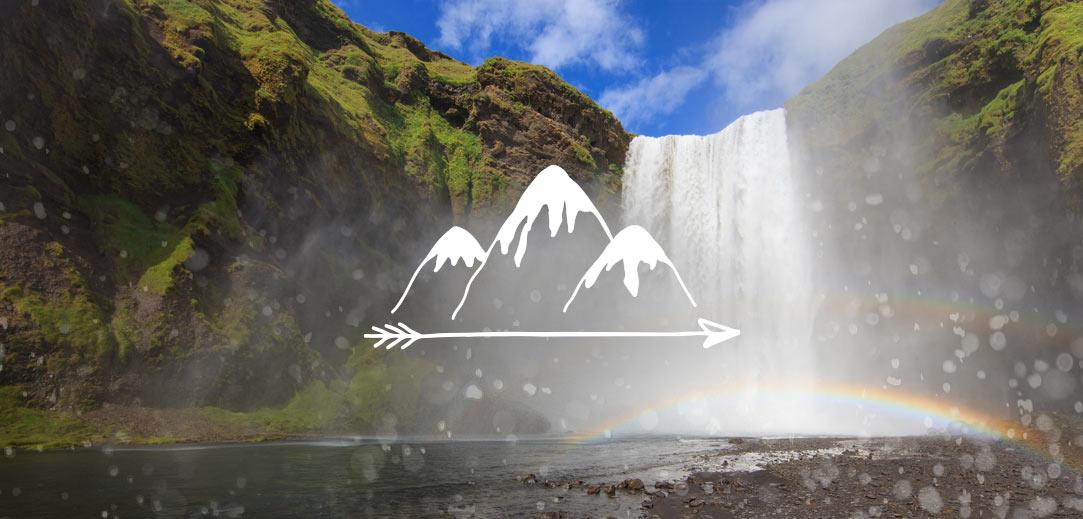 """Una cascada y arco iris, con gotas de agua en la cámara y un logotipo que dice """"Crea nuevas aventuras""""."""