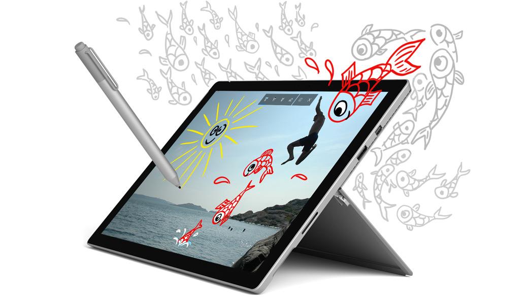 Dispositivo Surface Pro, en ángulo izquierdo, y una Pluma para Surface con dibujos decorativos de peces que lo rodean y salen del borde.