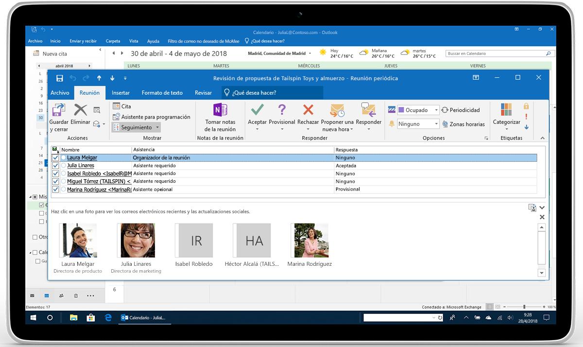 Una tableta en la que se muestra el seguimiento y reenvío de RSVP de reuniones en Outlook