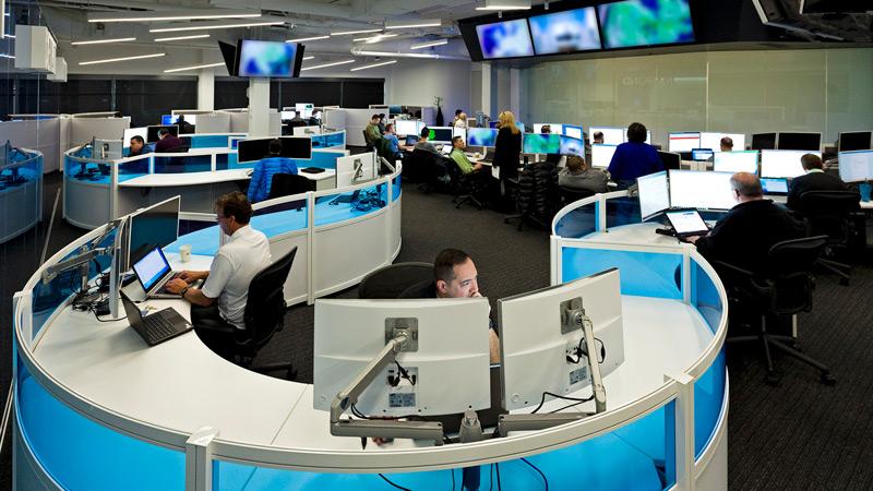 Oficina con personas que trabajan en sus PC