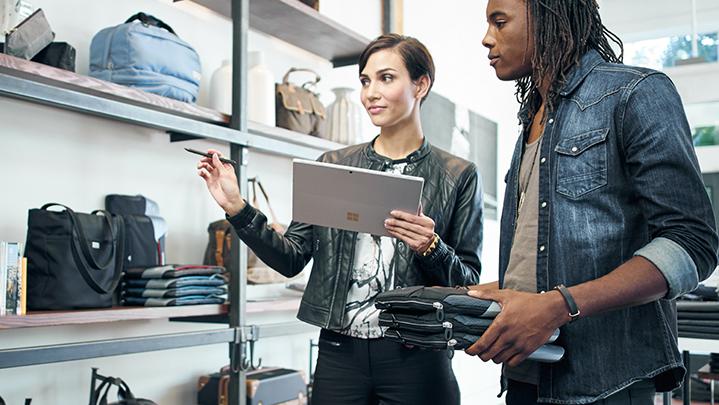 Dos personar revisando un inventario
