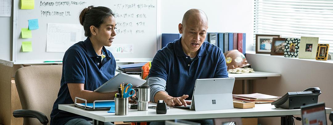 Un hombre y una mujer con una computadora portátil