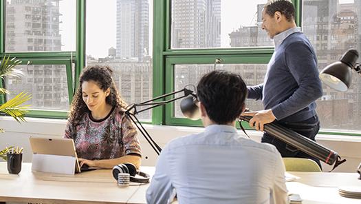Personas trabajando en una oficina
