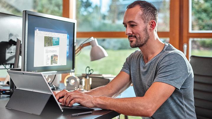 Hombre trabajando en una computadora portátil