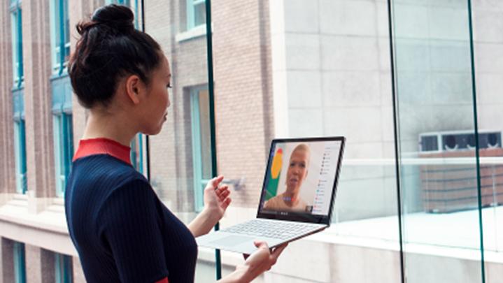 Mujer trabajando con una computadora portátil