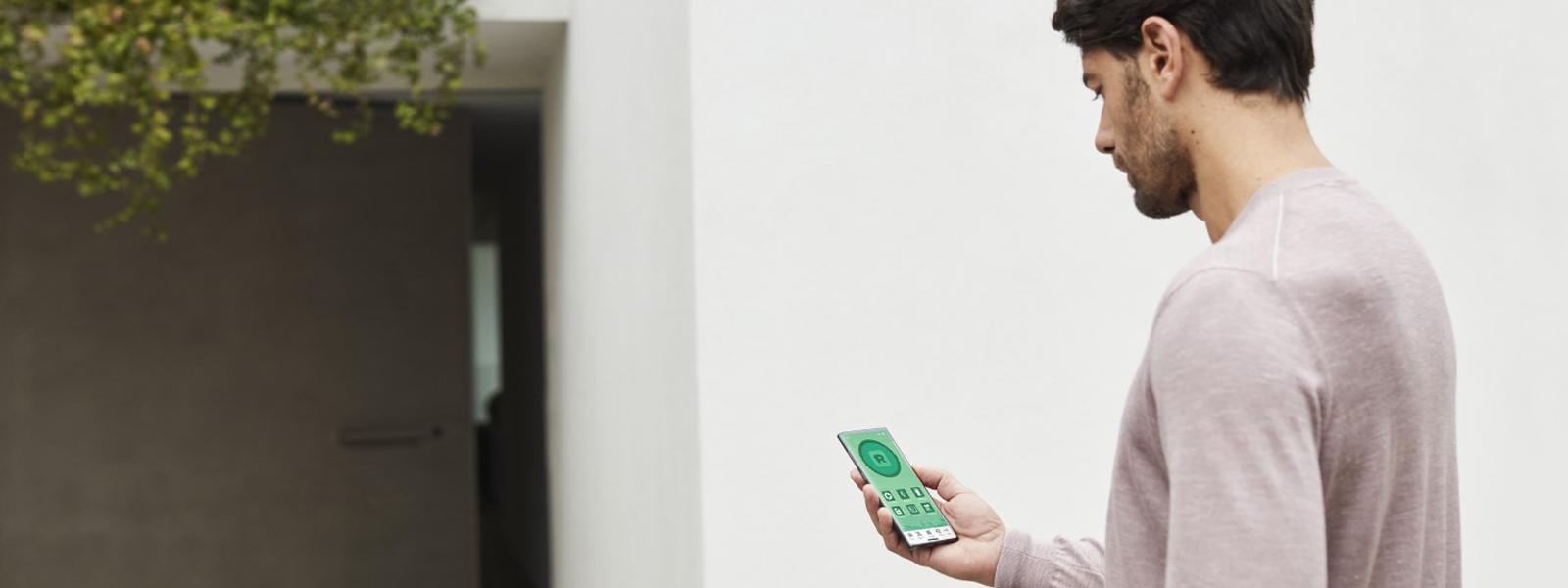 Hombre con un teléfono móvil en la mano