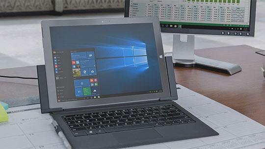 Tietokone, jonka näytössä on Windows 10:n aloitusvalikko, lataa Windows 10 Enterprise Evaluation