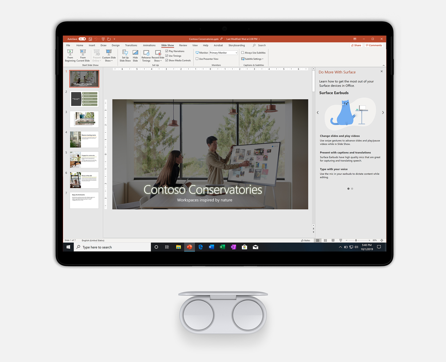 Kuva nappikuulokkeista ja Surface Pro 7 -laitteesta, jossa näkyy PowerPoint.
