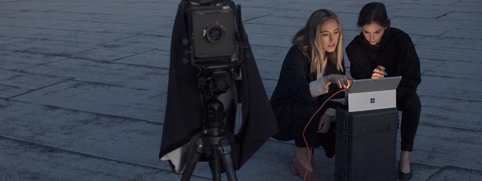 Deux vidéographes utilisant Surface Pro pour revoir une prise de vue