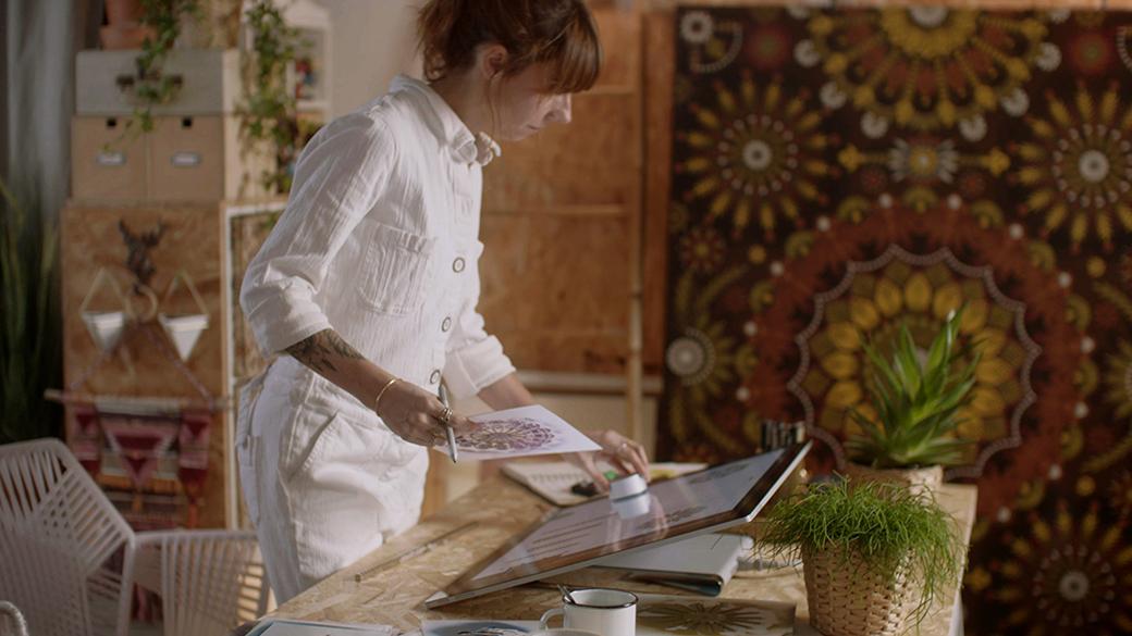 Koralie crée sur Surface Studio avec Surface Dial et le stylet