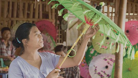 Découvrez comment Temenos a réduit les coûts d'emprunt, femme avec des parasols
