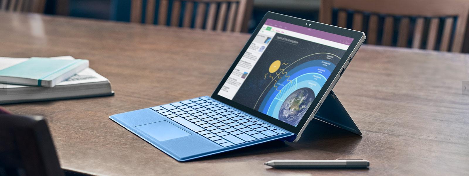 Surface Studio en mode Studio avec le stylet Surface et une souris.
