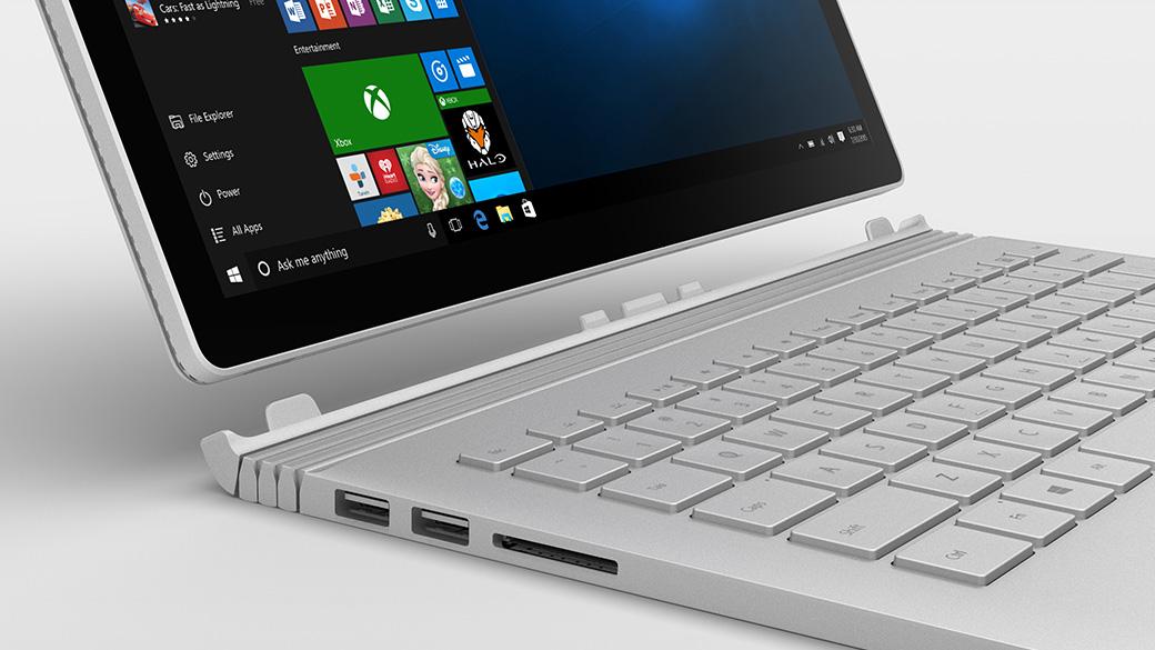 Surface Book présenté sur un ordinateur portable ouvert avec un écran Windows.