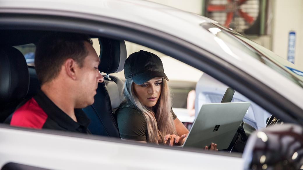 Collete dans sa voiture utilisant Surface Laptop