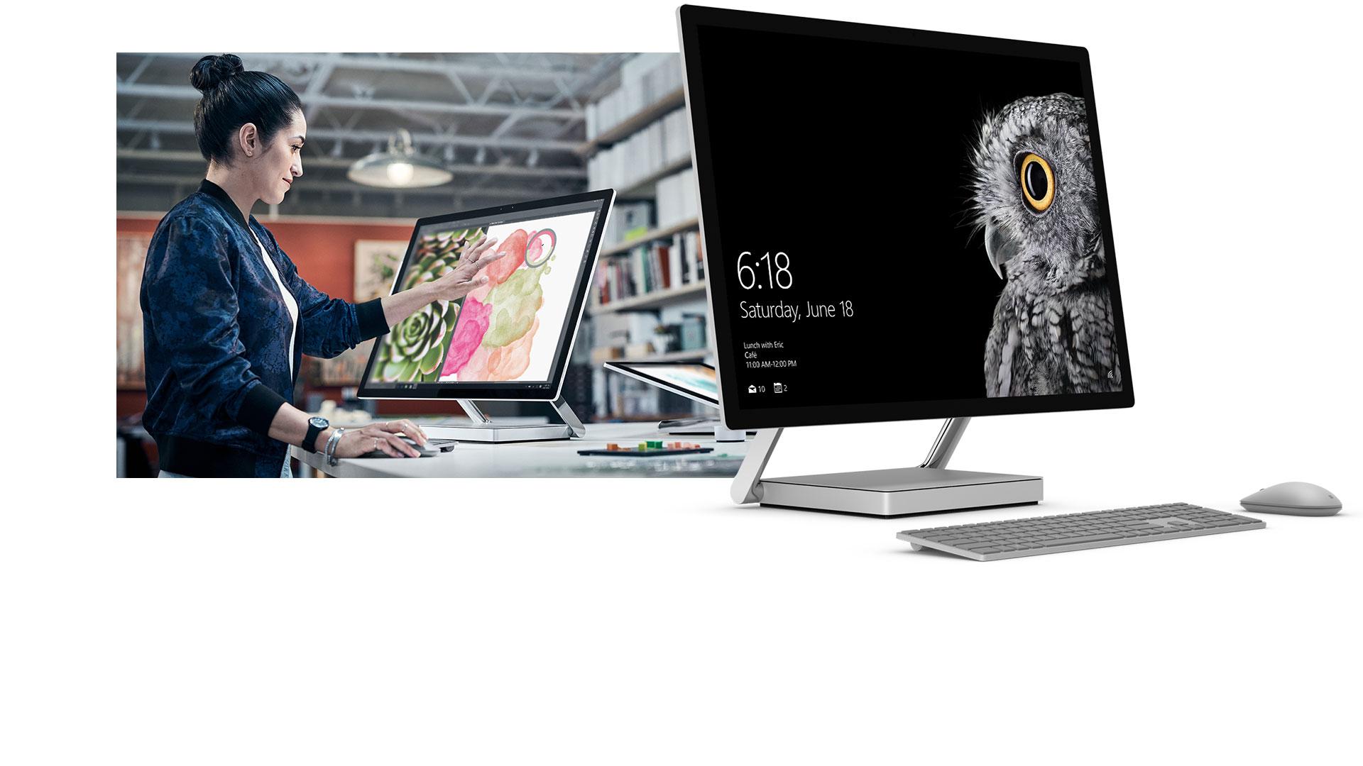 Femme touchant l'écran du Surface Studio en mode Bureau à côté d'un produit du Surface Studio