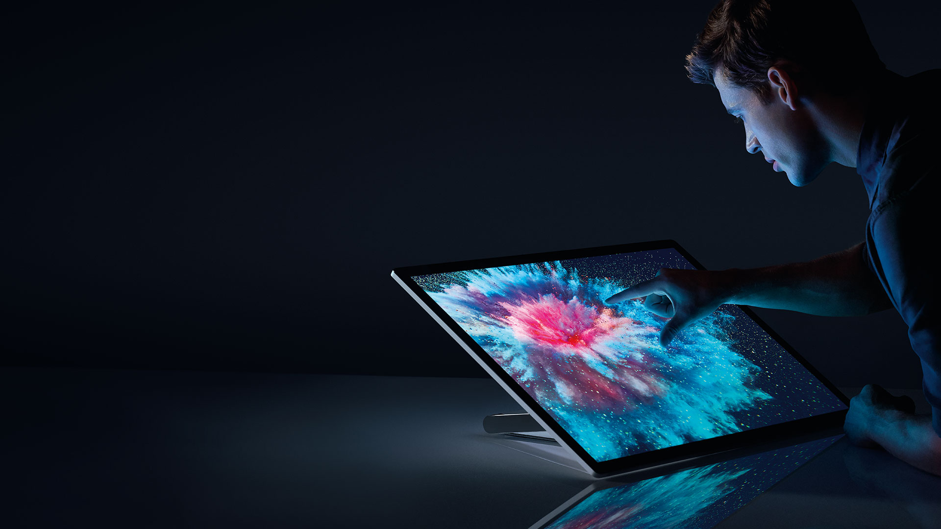 Personne interagissant avec Surface Studio