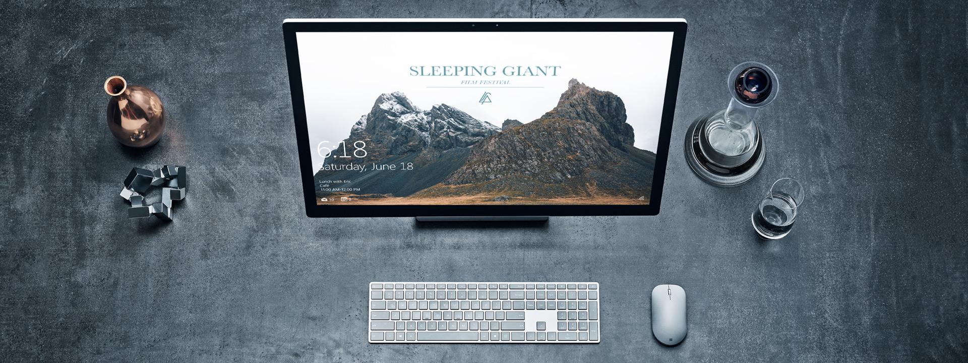 Surface Studio avec un clavier Surface et une souris Surface sur une table